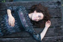 Młodej kobiety lying on the beach na drewnianym pontonie Zdjęcia Royalty Free