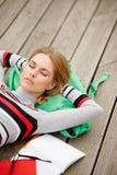 Młodej kobiety lying on the beach odpoczynkowa głowa na plecaku Obrazy Stock
