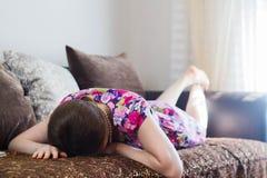 Młodej kobiety lying on the beach twarzy puszek zdjęcie royalty free