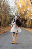 Młodej kobiety mamy sztuka z małą córką przy jesień parka drogą zdjęcie royalty free