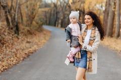Młodej kobiety mamy sztuka z małą córką przy jesień parka drogą obraz stock