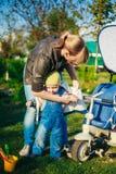 Młodej Kobiety matka Jest ubranym kurtkę Na synu Little Boy Zdjęcie Royalty Free