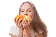 Młodej kobiety mienia cytryna i pomarańcze zdjęcie royalty free