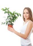 Młodej kobiety mienia houseplant, isolaterd na bielu obrazy royalty free