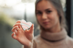 Młodej kobiety mienia kierowego ciastka bezpłatna przestrzeń Fotografia Stock