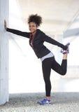 Młodej kobiety mienia nogi ćwiczenia trening Obrazy Royalty Free