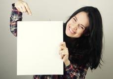 Młodej kobiety mienia pustego miejsca szczęśliwy znak fotografia stock