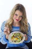 Młodej Kobiety mienia talerz Mieszani warzywa zdjęcia stock