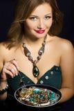Młodej kobiety mienia talerz z biżuterią Zdjęcia Stock