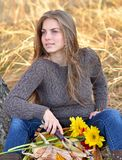 Młodej kobiety mienia warzyw kosz plenerowy Obraz Royalty Free