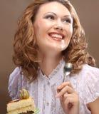 Młodej kobiety mienie w górę wyśmienicie kawałka tort Fotografia Royalty Free