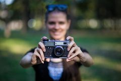 Młodej kobiety mienie w ręka rocznika starej kamerze zdjęcia stock