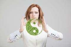 Młodej kobiety mienie ying Yang symbol obraz stock