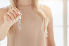 Młodej kobiety mieszkania nieruchomości czynszowa agencja Obraz Royalty Free