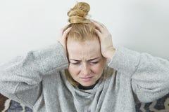 Młodej kobiety migreny duży portret w domu obrazy stock