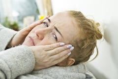 Młodej kobiety migreny duży portret w domu zdjęcia royalty free