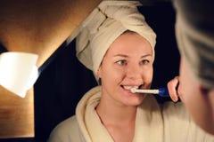 Młodej kobiety muśnięcie jej zęby Obraz Stock