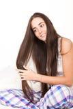 Młodej kobiety muśnięcie ona długie włosy obraz stock