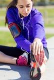 Młodej kobiety narządzanie dla biegać i rozciąganie Obrazy Stock