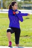 Młodej kobiety narządzanie dla biegać i rozciąganie Obrazy Royalty Free