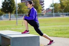 Młodej kobiety narządzanie dla biegać i rozciąganie Fotografia Stock