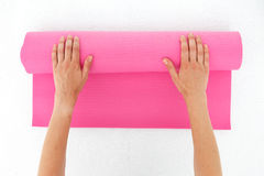 Młodej kobiety narządzanie dla joga Zdjęcia Stock
