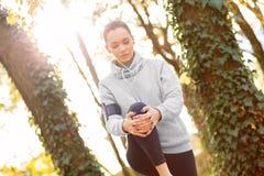 Młodej kobiety narządzanie dla jogging i rozciąganie zdjęcia royalty free
