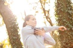 Młodej kobiety narządzanie dla jogging i rozciąganie fotografia stock