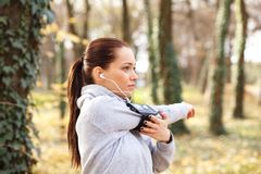 Młodej kobiety narządzanie dla jogging i rozciąganie obraz stock