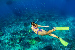 Młodej kobiety nurkować podwodny fotografia stock