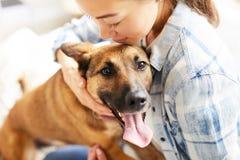 Młodej Kobiety obejmowania pies obrazy royalty free