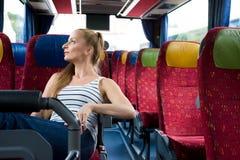 Młodej kobiety obsiadanie na autobusie obraz royalty free