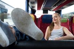 Młodej kobiety obsiadanie na autobusie fotografia royalty free