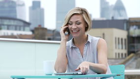 Młodej Kobiety obsiadanie Na dachu Tarasowy Opowiadać Na telefonie komórkowym zbiory wideo