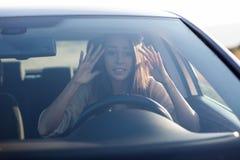 Młodej kobiety obsiadanie okaleczający w samochodzie Fotografia Stock