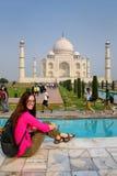 Młodej kobiety obsiadanie przy Taj Mahal kompleksem w Agra, Uttar Pradesh, zdjęcie royalty free