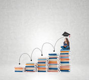 Młodej kobiety obsiadanie rezerwuje główkowanie o przyszłości, marzy Fotografia Stock