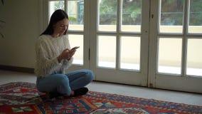 Młodej kobiety obsiadanie w lotosowej pozyci salowej zbiory wideo