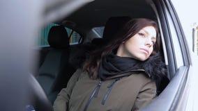 Młodej Kobiety obsiadanie w Samochodowym gmeranie adresie na ulicie zdjęcie royalty free