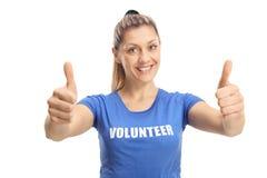 Młodej kobiety ochotnicze pokazuje aprobaty i ono uśmiecha się przy kamerą obrazy royalty free