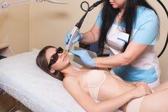 Młodej Kobiety Odbiorczej epilaci Laserowy traktowanie Na twarzy Przy piękna centrum zakończeniem Up Zdjęcie Stock