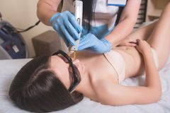 Młodej Kobiety Odbiorczej epilaci Laserowy traktowanie Na twarzy Przy piękna centrum zakończeniem Up Obraz Royalty Free