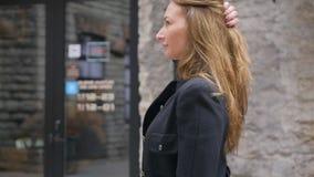 Młodej kobiety odprowadzenia puszek ulica zdjęcie wideo