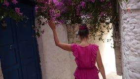 Młodej kobiety odprowadzenia puszek wąska ulica między białymi domami zbiory wideo