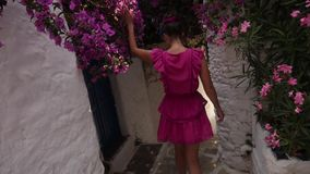 Młodej kobiety odprowadzenia puszek wąska ulica między białymi domami zbiory