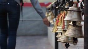 Młodej kobiety odprowadzenia uwzględnienia dzwony, dotykać swój i powodować dzwonienie, zdjęcie wideo
