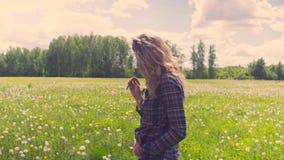 Młodej kobiety odprowadzenie przez łąki zbiory
