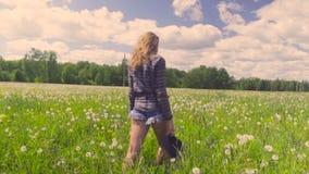 Młodej kobiety odprowadzenie przez łąki zdjęcie wideo
