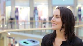 Młodej Kobiety odprowadzenie Przez zakupy centrum handlowego zbiory