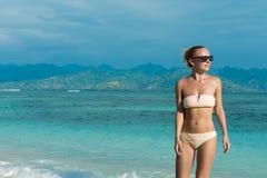 Młodej kobiety odprowadzenie wzdłuż tropikalnej plaży Obraz Royalty Free